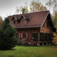 Pagrindinis namas su virtuvė, dviemis salėmis ir 4 dviviečiais ir 1 triviečiu kambariais 2 aukšte